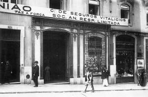 Figura 2 - Benoliel, J. (início do século XX). Pastelaria Marques e Bazar Suisso [Fotografia]. Colecção Arquivo Municipal de Lisboa.
