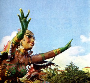 """Pormenor do carro de """"Miss Universo"""" no desfile carnavalesco. Publicado na """"Revista Turismo (Jan./ Março), 1959, p. 62. Coleção Biblioteca Celestino Domingues"""