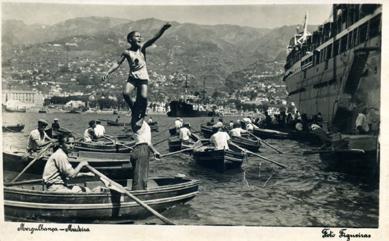 Figura 1 - Atividade lúdica na baía do Funchal.  Mergulho junto aos navios ancorados para apanhar moedas que os turistas lançavam ao mar, c. 1920-30. Coleção particular CMD.