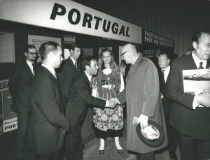 """Figura 3 – O Presidente da República da Finlândia, Urho Kekkonen, visita o pavilhão de Portugal numa das edições da feira de turismo """"Makta"""", em Helsínquia."""