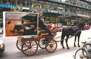 """Figura 1 – Carruagem puxada a cavalo promove Portugal nas ruas de Estocolmo – um elemento da vasta campanha """"Portugal, país das Descobertas (Outubro, 1990)."""