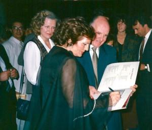 Figura 1 – Amália Rodrigues concedendo autógrafos na recepção promovida pelo CTP-Escandinávia, após o seu memorável concerto em Estocolmo (Maio-1988)