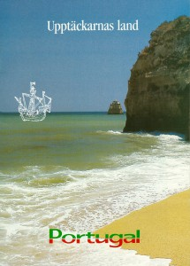 """Figura 2 – Capa da brochura """"Portugal, país das Descobertas"""", suporte de destaque da maior campanha promocional do turismo português no conjunto dos países nórdicos, distinguida com o """"Gold Award"""" da IMPA (1990)"""